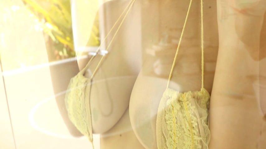 グラビアアイドルGIF画像 Hカップバストの美谷間を大胆露出→「ふくらみ国宝級」和地つかさGIF画像