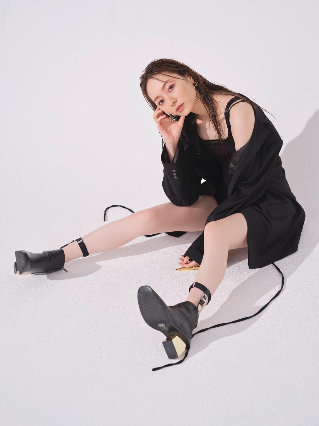 グラビアニュースまとめ 「乃木坂一の美貌」梅澤美波(22)の圧倒的美脚!グラビア登場 「へそ出しくびれ」スレンダーボディを惜しげもなく披露